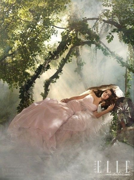 新娘变身童话里的公主迪士尼婚纱演绎浪漫