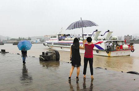 图为市民在码头目送客轮离去。(胡宇飞 摄)