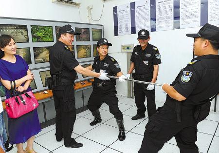 昨天下午,姜山镇实验中学保安在演练新型防护器材。(麻万掌 徐能 摄)