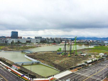 昨天,东部新城市民广场8万平方米水域完成蓄水。