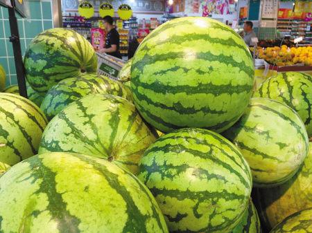 超市内,在售的西瓜堆得高高的。记者 唐严 摄