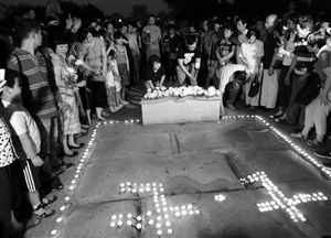 7月6日,在北京卢沟桥,人们点燃蜡烛缅怀抗战先烈 新华社发