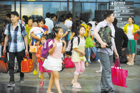 """昨天上午,三五成群的""""小候鸟""""走出铁路宁波站。 记者 龚国荣 摄"""