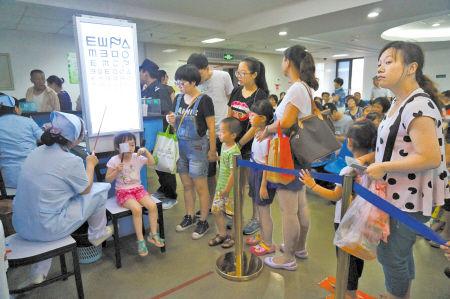 昨日,宁波市眼科医院患者爆满,许多孩子前来看眼病、配眼镜。