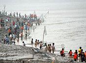 三门峡大坝开闸泄洪市民冒险捞鱼