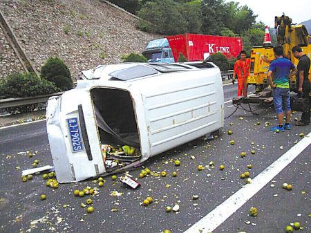 小货车爆胎翻车,装载的梨滚落一地。(通讯员 王云飞 摄)