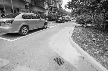 江东明北小区停车位改造后,通道变宽,车辆停放也有序了。记者 唐严 摄