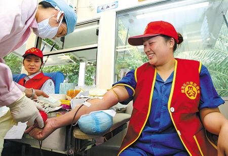 志愿者无偿献血现场