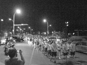 暴走的人群走入机动车道。