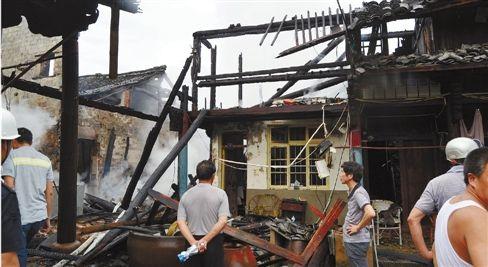 奉化松岙镇街横村的一个变压器遭雷击致民房起火