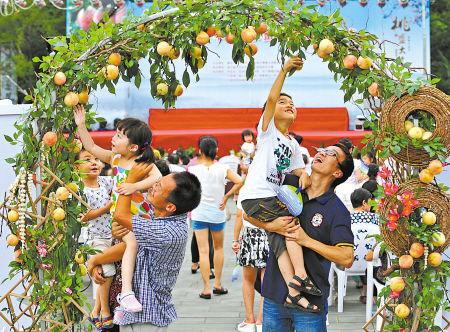 """一道点缀着上百个优质水蜜桃的""""甜蜜之门""""引起了游客和当地居民的浓厚兴趣"""