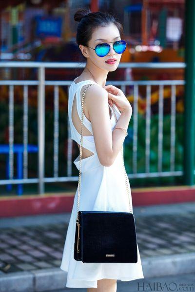 组图:戚柒时尚搭配简约而不简单的心机露背装