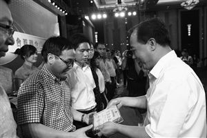 宁波市委副书记、市长卢子跃(右)颁发2014宁波市综合百强企业奖