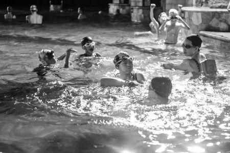 天气热了,游泳的人增多,相关消费投诉也增多。记者徐佳伟摄