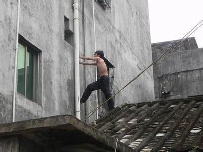 半裸男上屋顶 资料图