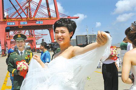 10对警民在穿山港区码头举行集体婚礼
