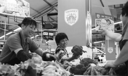 市区一家超市的平价菜供应点专柜。 记者 徐佳伟 摄