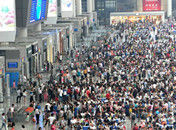 上海航班大面积延误火车站乘客爆满