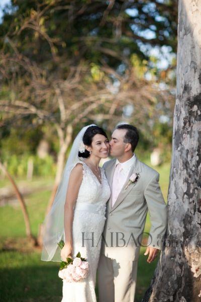 新娘身着蕾丝婚纱尽享法式浪漫七年恋修成正果