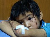 云南震后不眠夜:孩子眼中充满恐惧