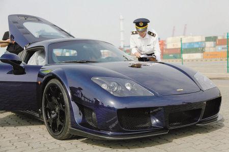 日前,梅山检验检疫局对一辆整车进口的超级跑车实施开箱查验。记者 彭莹 摄