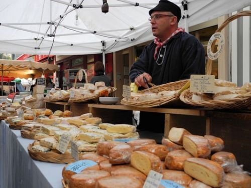 集市上传统的奶酪摊贩