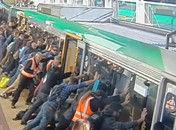 众人为救被困乘客齐力推动列车车厢