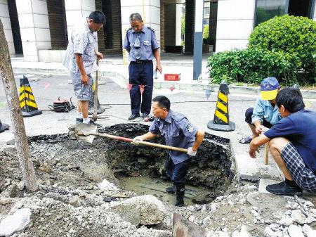 物业工作人员在抢修。 记者 沈之蓥 摄