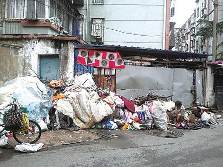 小区里的垃圾堆。(黄丽娟 摄)