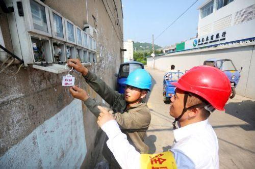 安全稽查人员正在对10千伏线路施工现场进行检查
