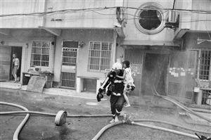 消防员救出被困孩子 通讯员供图