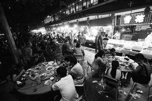 江北槐树路夜排档占道经营现象十分普遍
