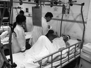 一名受伤游客在西藏自治区人民医院接受治疗 新华社发