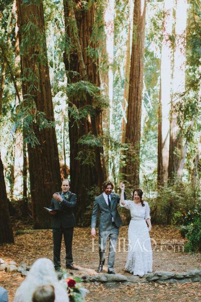 传统结婚礼服打造复古新娘自然主义的户外仪式