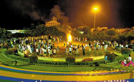 近日,一场时尚篝火派对在松兰山海韵剧场上演,吸引了数百名游客。通讯员 陈姿爽