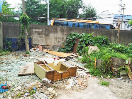 小区随处可见垃圾成堆。