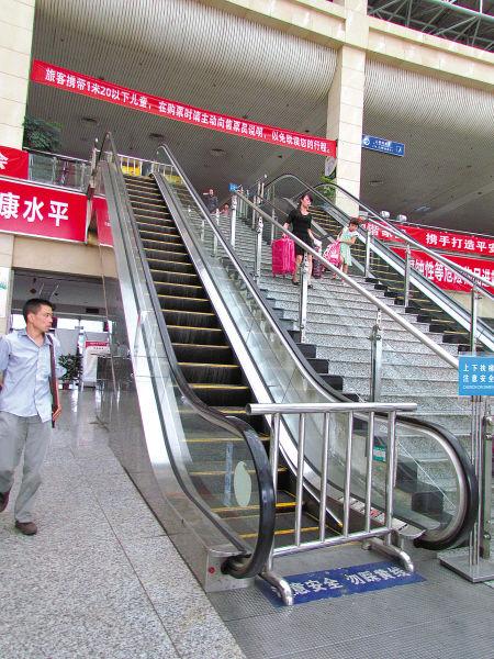 客运中心候车室内的自动扶梯被锁。