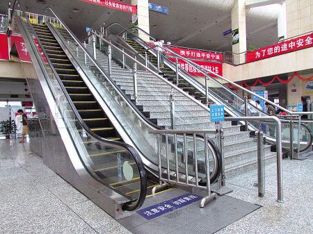 宁波客运中心的下行扶梯依旧关着