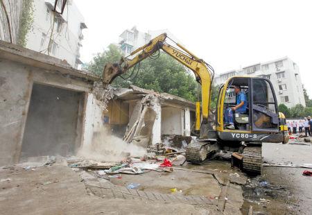 昨天下午,建筑本体被拆除。 记者 许天长 通讯员 陈栋 摄