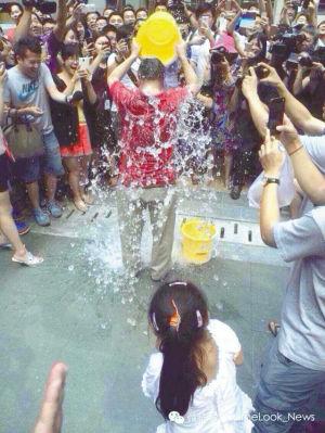 """8月18日,360董事长周鸿祎完成""""冰桶挑战。"""