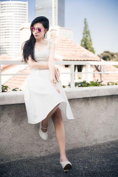 组图:时尚博主完美演绎夏日绝美纯白连衣裙