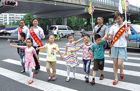 永安公交公司司机教小朋友安全通过斑马线。(包凌雁 摄)