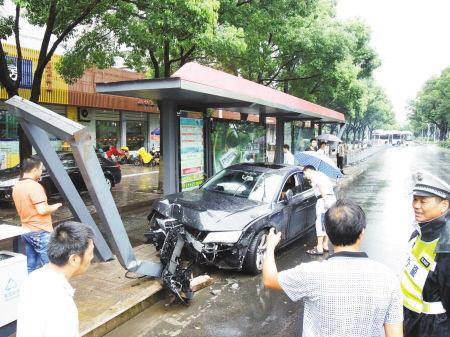 一辆黑色轿车撞上永丰北路上靠近范江岸路路口的公交站台。记者 龚国荣 摄