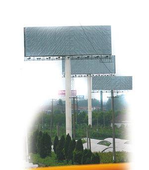 杭甬高速(古林段)边的高炮广告 记者 张培坚 摄