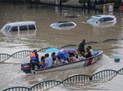 浙江丽水火车站洪水围困旅客坐冲锋舟出站