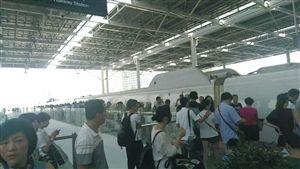 停电导致列车趴窝,乘客在站台上焦急等待。