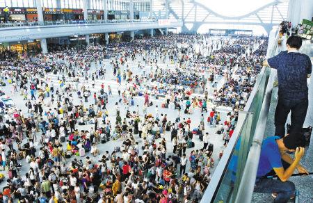 铁路宁波站多趟列车晚点超1小时,候车大厅里大量乘客滞留。