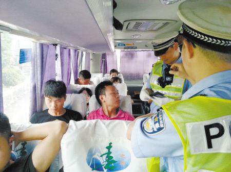 高速交警在大客车上检查。