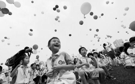 昨天,在鄞州区堇山小学的操场上,全体学生放飞气球迎接新学期。