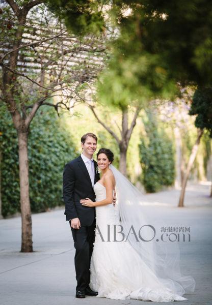 甜蜜恋人走上幸福红毯新娘身着嫁衣迎接大日子